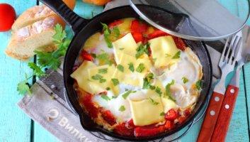вкусная яичница с помидорами и луком