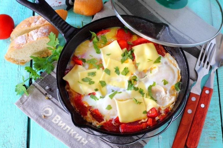 Яичница с помидорами, луком и сыром