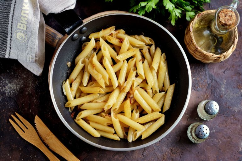 Жареные макароны с луком