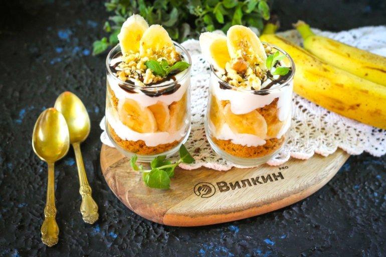 банановый десерт в стаканах