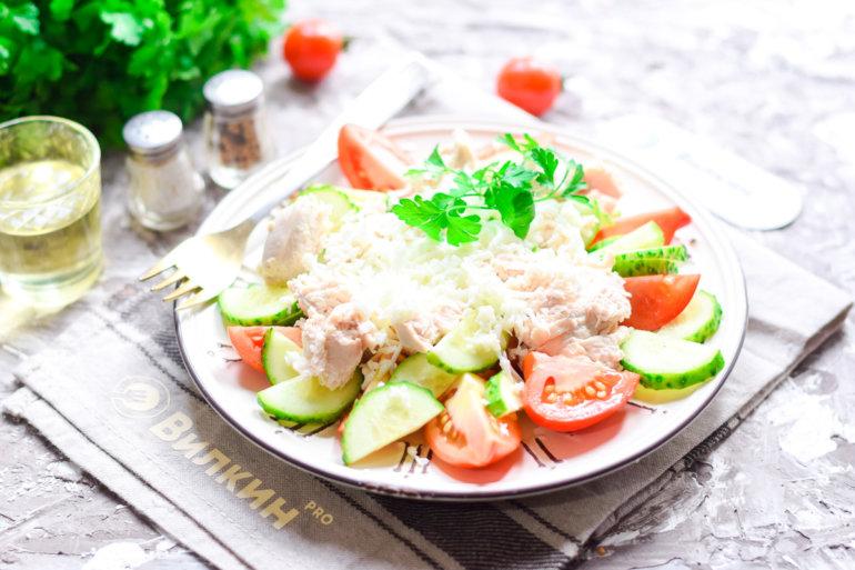 салат из курицы, яиц и овощей