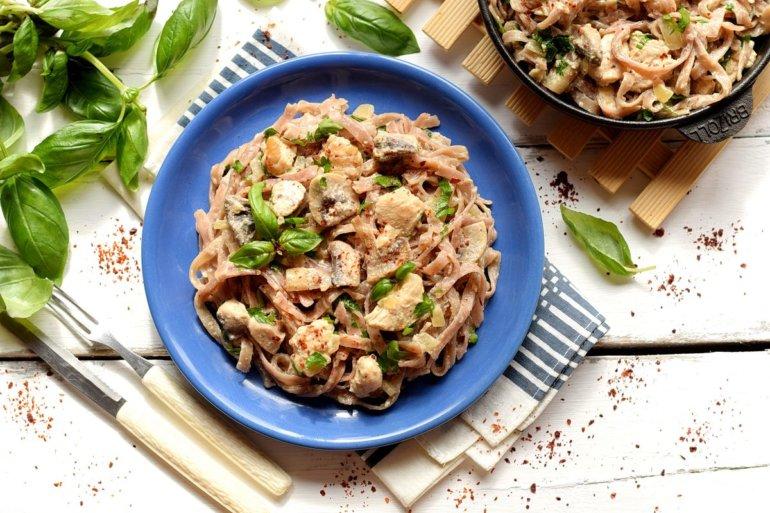 итальянская паста в сливочно-грибном соусе с курицей