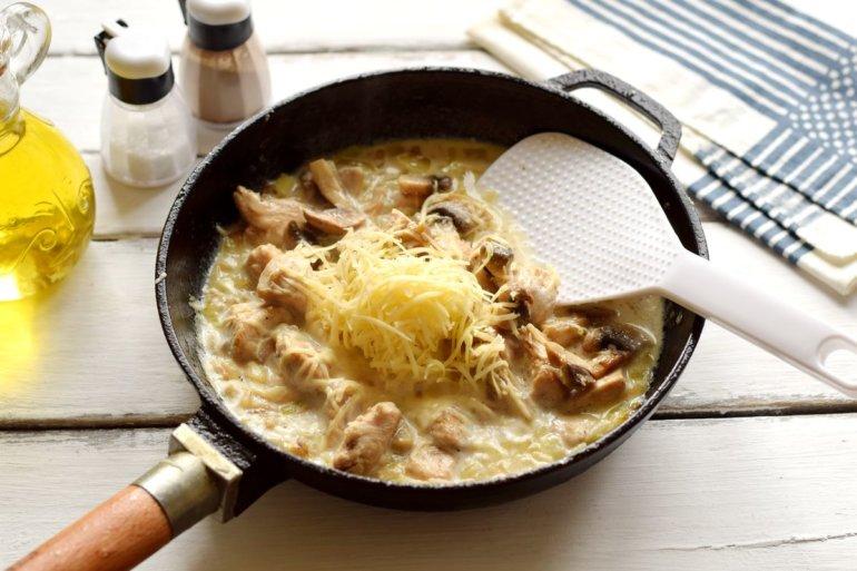 соединение грибов, курицы, сливок и сыра