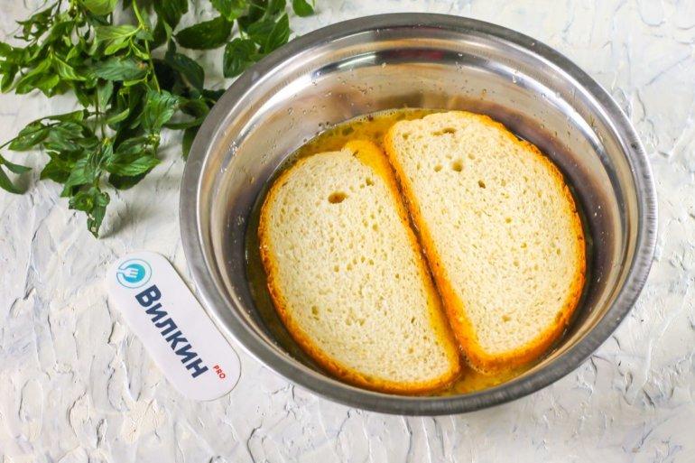 обваливание хлеба в яичной смеси