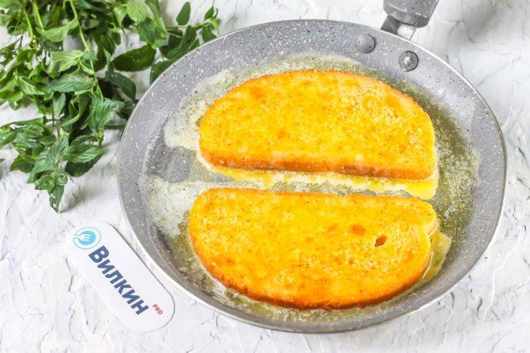 выкладка хлеба с яйцом на сковороду