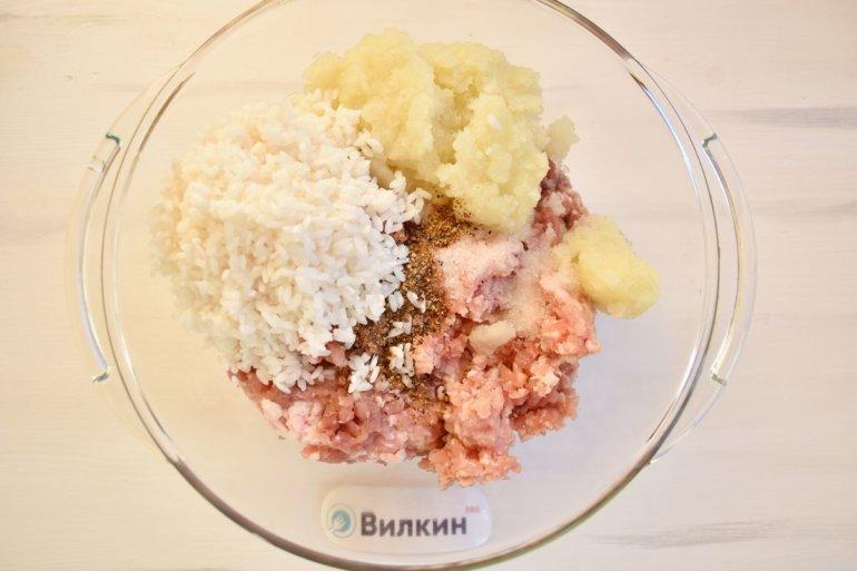 соединение фарша с луком и рисом