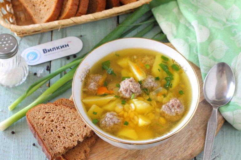 порция супа из гороха и мясных фрикаделек