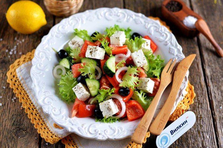 Греческий салат с брынзой и маслинами