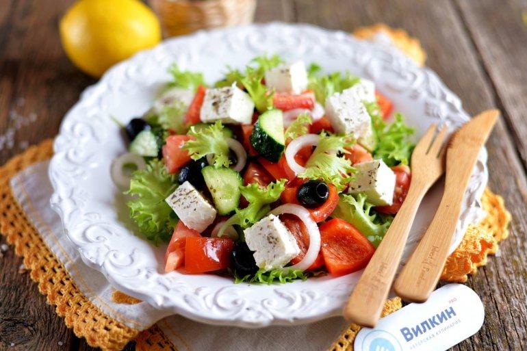 порция салата с маслинами и брынзой
