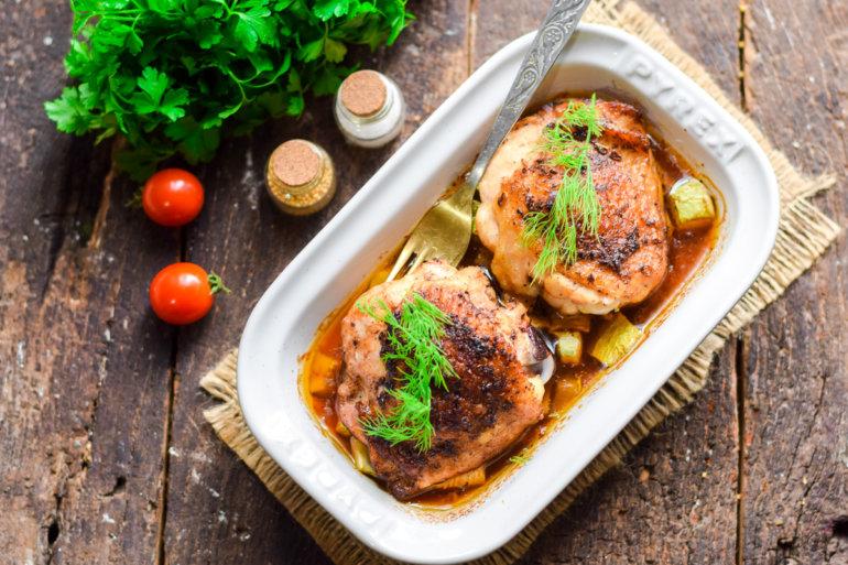 Запеченные куриные бедра с кабачками в духовке