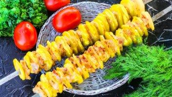 картофель на мангале на шампурах