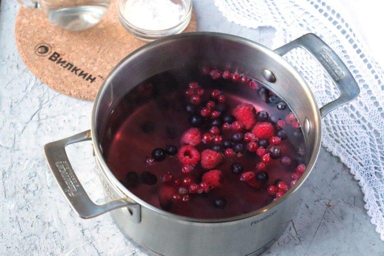 ягоды с водой в кастрюле