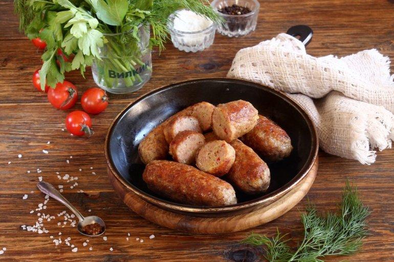 подача домашних колбасок на стол