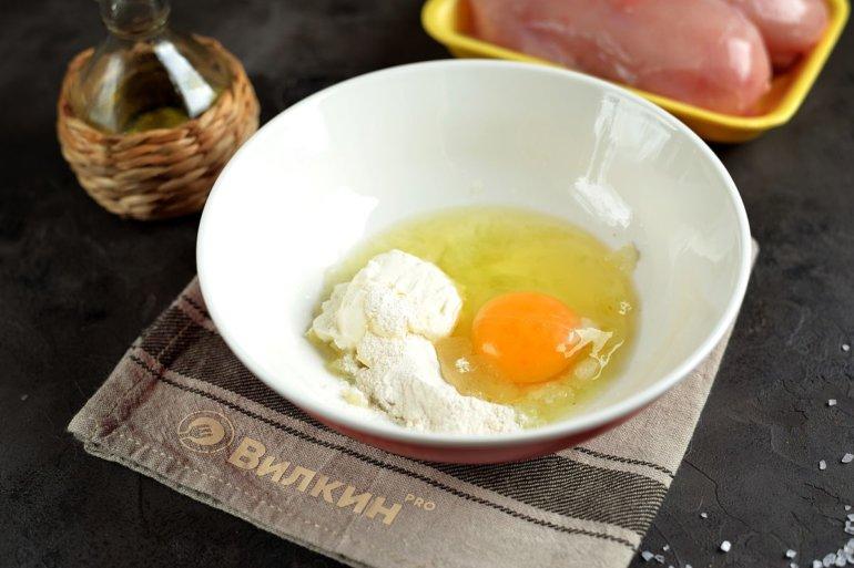 добавление яйца, сметаны и муки