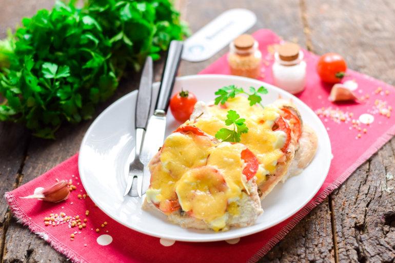 запеченная курица под помидорами и сыром