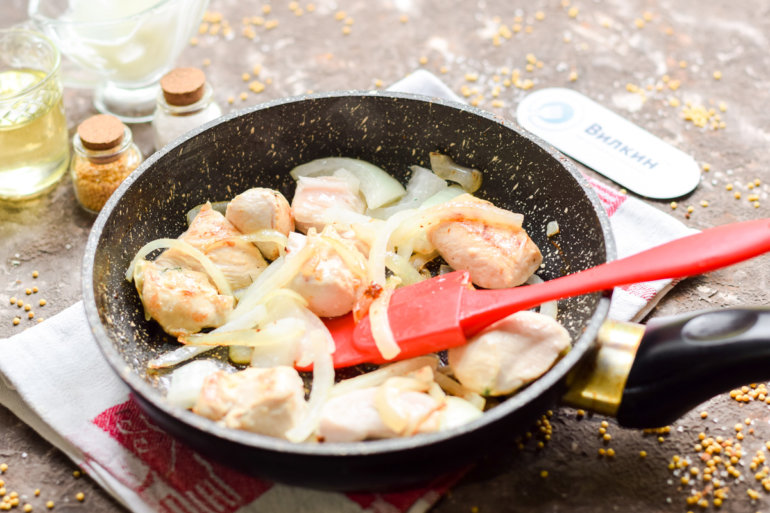 обжарка куриного мяса с луком