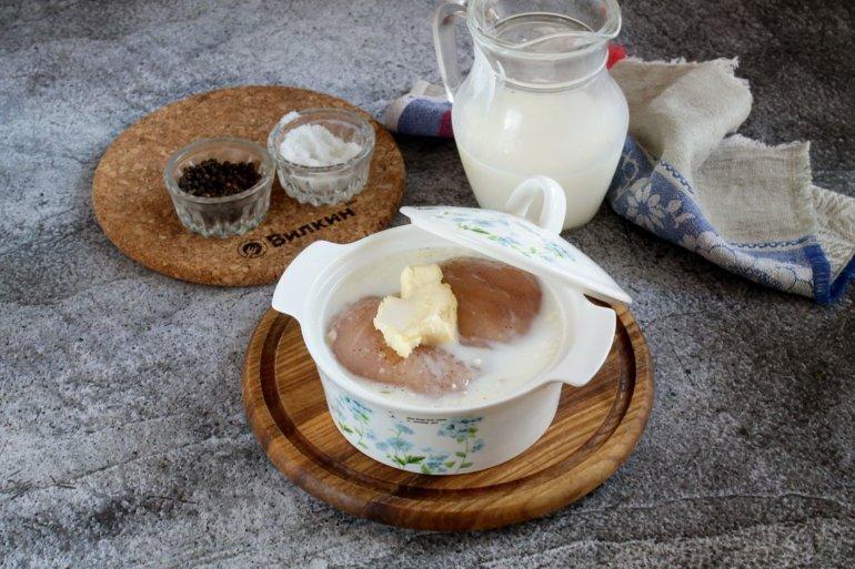 заливка молока и накрывание крышкой