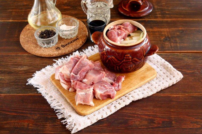 закладка лука и свинины в горшочек