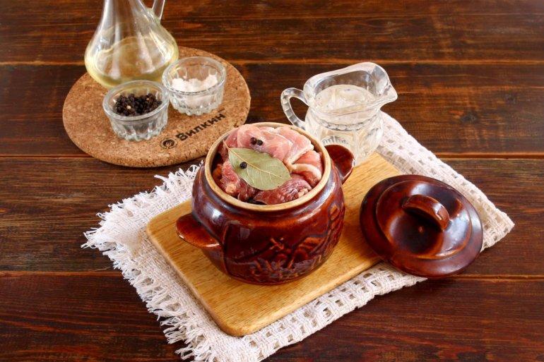 добавление соли, перца и лавра