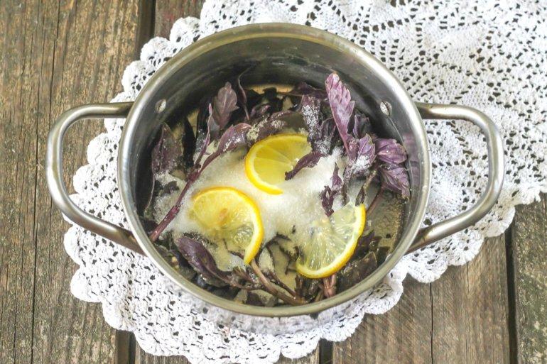 добавление лимона и сахара