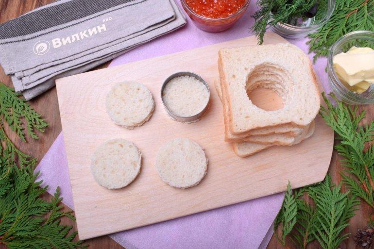 вырезание кружочков из хлеба