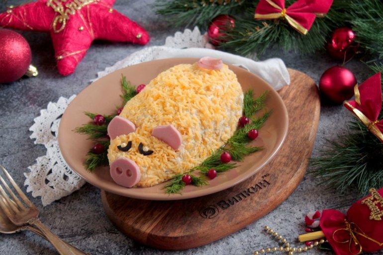 Новогодний салат «Свинка» с курицей и ананасами