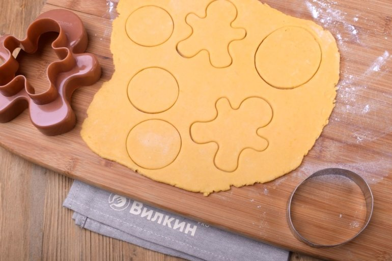вырезание фигурного печенья