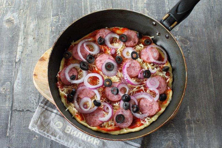 колбаса, маслины, лук