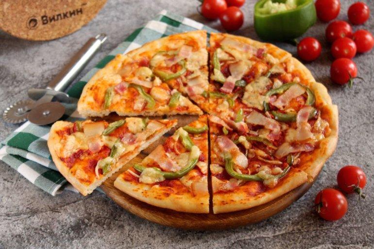 пицца с беконом, перцем и сыром