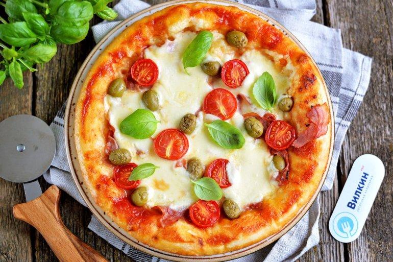 Пицца с моцареллой и помидорами