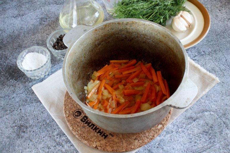 жарка лука с морковью