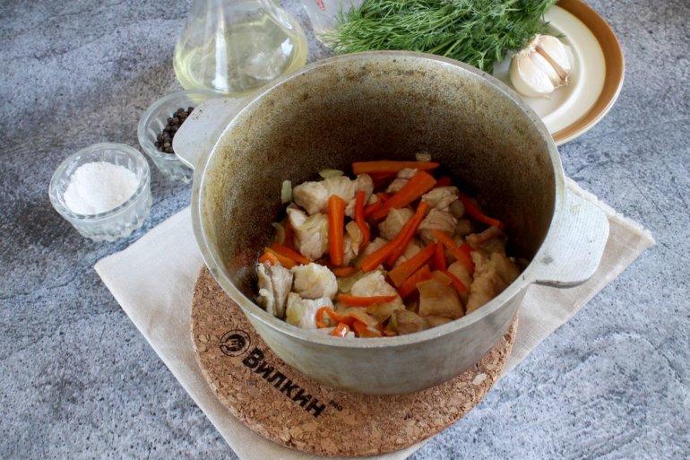 обжаривание свинины с овощами до румяности