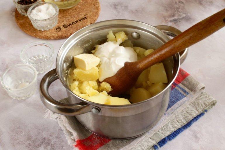 добавление сметаны и масла в пюре