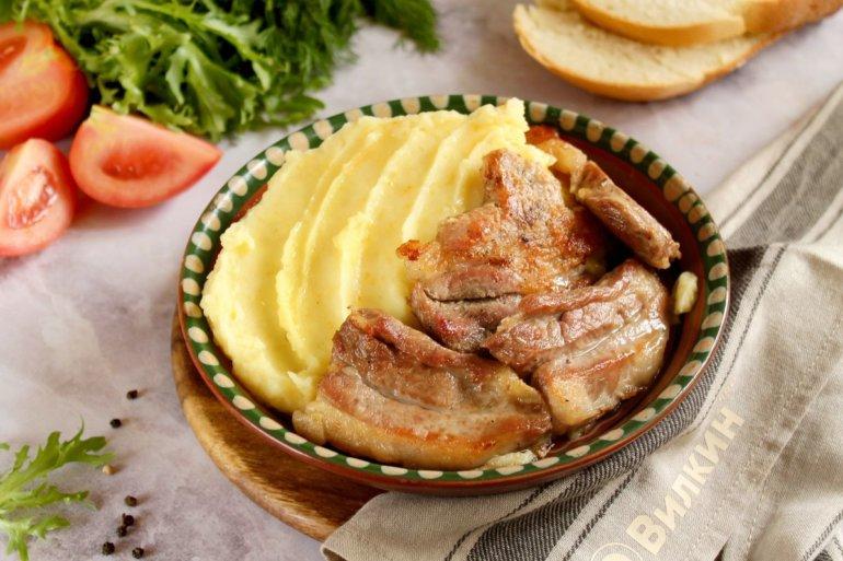 порция пюре с мясом