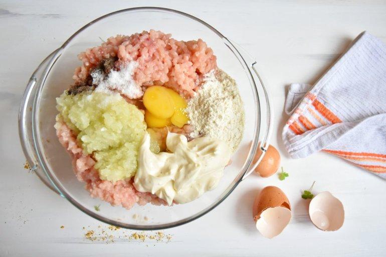 добавление лука, яйца, майонеза