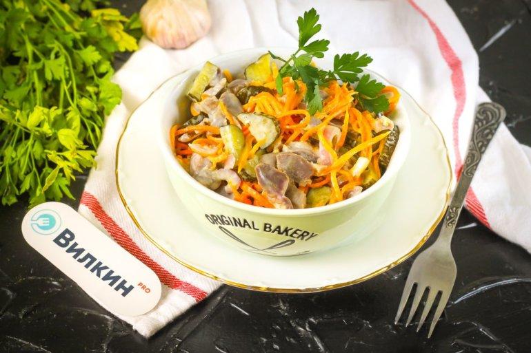 салат с куриными желудками, солеными огурцами и луком