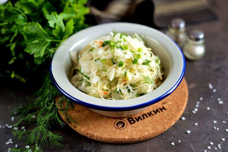вкусный салат из кислой капусты