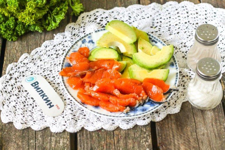 малосольная рыба и авокадо