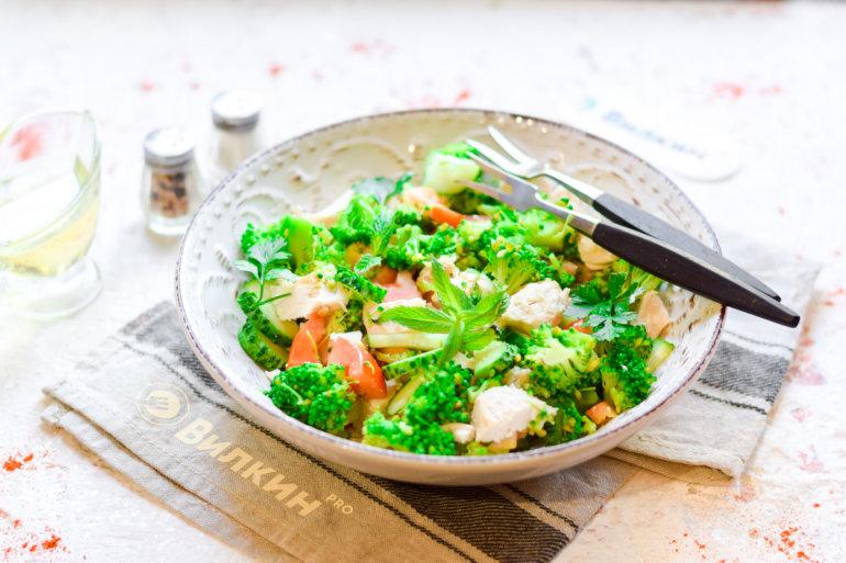 легкий салат с курицей, помидорами и брокколи