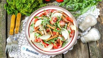 салат с копченой колбасой, помидорами и сухариками