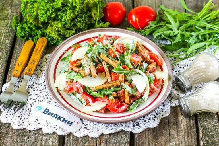 порция салата с помидорами и колбасой