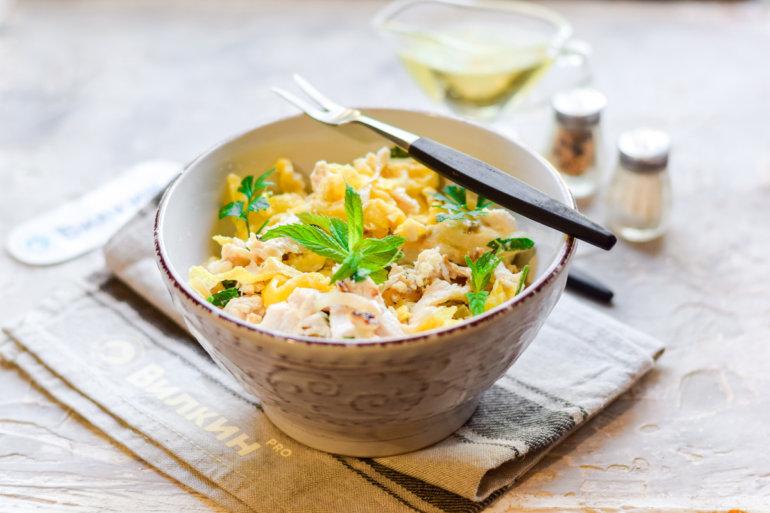 готовый салат с жареным омлетом