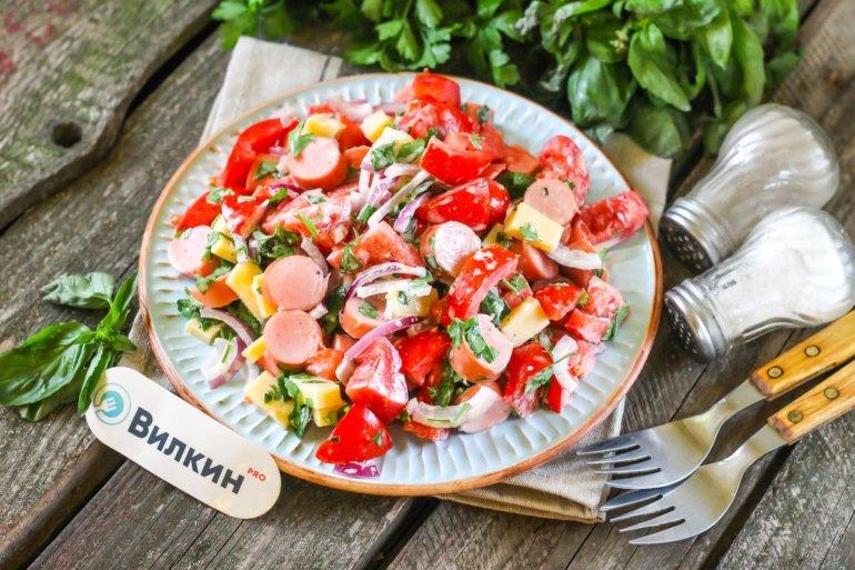 Салат с помидорами и сосисками