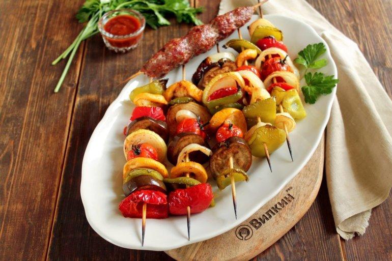 Шашлык из овощей на деревянных шампурах в духовке
