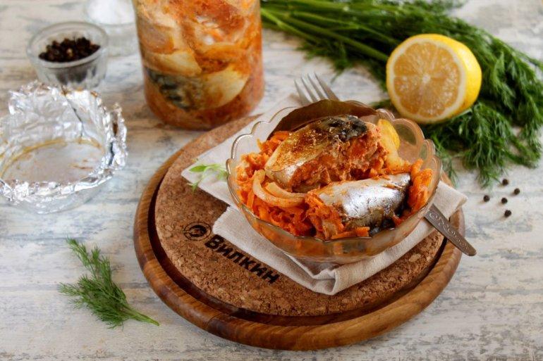 порция скумбрии с овощами из банки