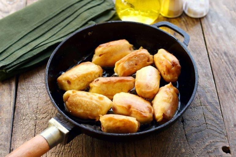 сосиски в кляре на сковороде