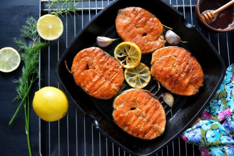 Стейки из лосося на сковороде гриль