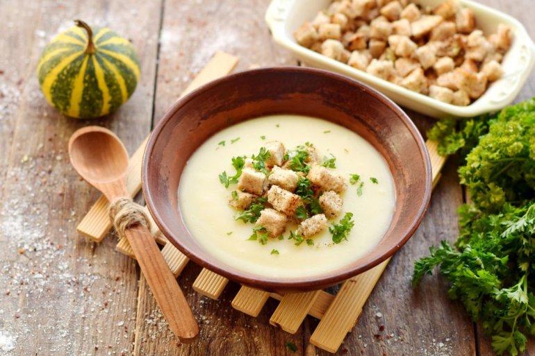 порция картофельного супа-пюре с гренками