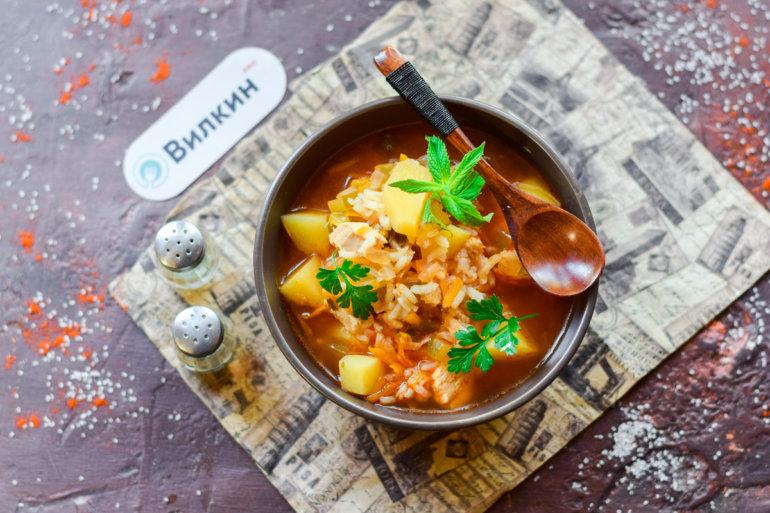 Суп с солеными огурцами, курицей и рисом