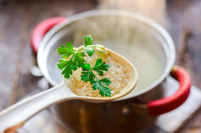 закладка риса и картошки в куриный бульон